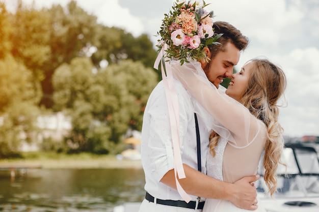Piękna panna młoda z mężem w parku