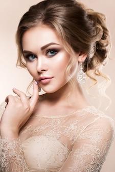 Piękna panna młoda z mody fryzury ślubne