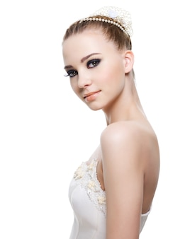 Piękna panna młoda z piękną fryzurą ślubną
