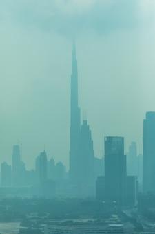 Piękna panorama dubaju otoczona pyłem piaskowym w świetle dziennym