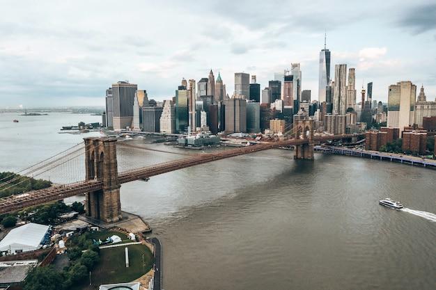 Piękna panorama usa z mostami brooklyn i washington w pobliżu wyspy manhattan