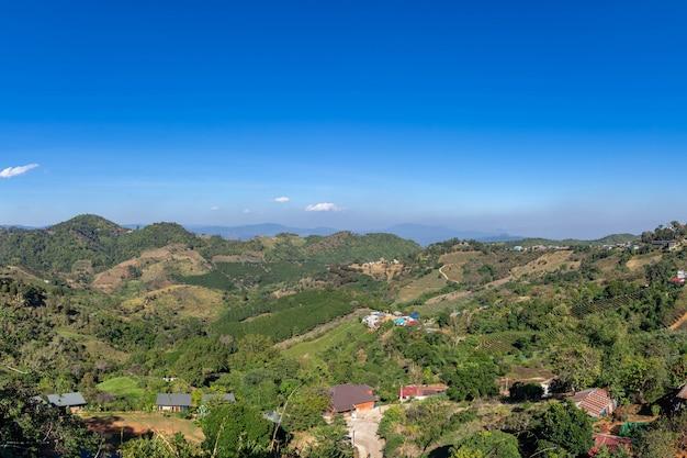 Piękna panoramiczna góra przy północnym thailand, chiang raja prowincja, panorama krajobrazowy tajlandia