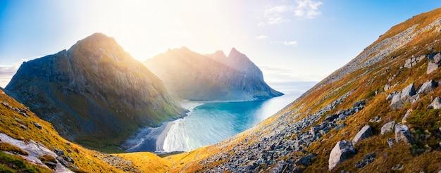 Piękna panoramy kvalvika plaża przy zmierzchem w lofoten wyspach, norwegia