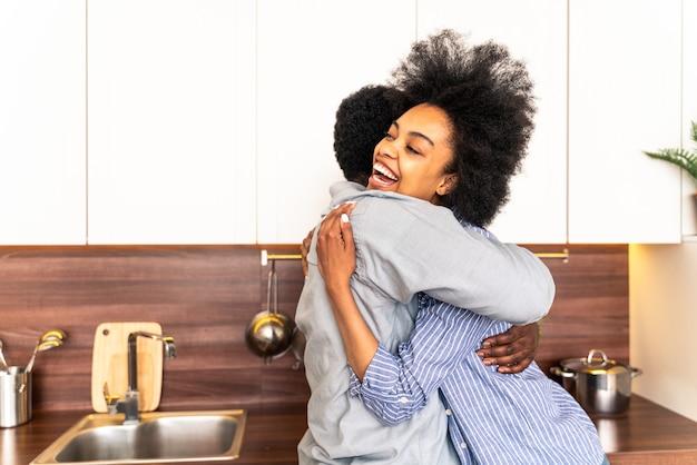 Piękna para afroamerykańska gotująca w domu