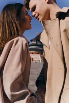 Piękna para bardzo zakochana w podróży poślubnej po chinach