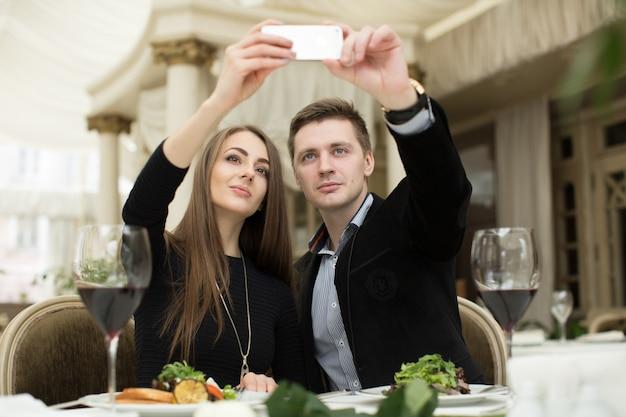 Piękna para bierze selfie fotografię w restauraci