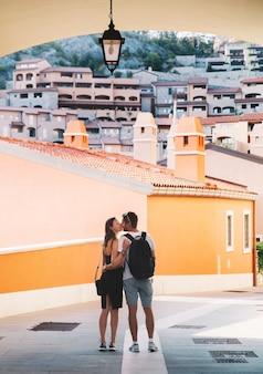 Piękna para całuje zakochanych spaceru w portopiccolo sistiana włochy europa