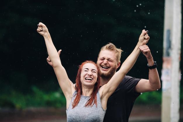 Piękna para ciesząca się życiem na tle deszczowego dnia