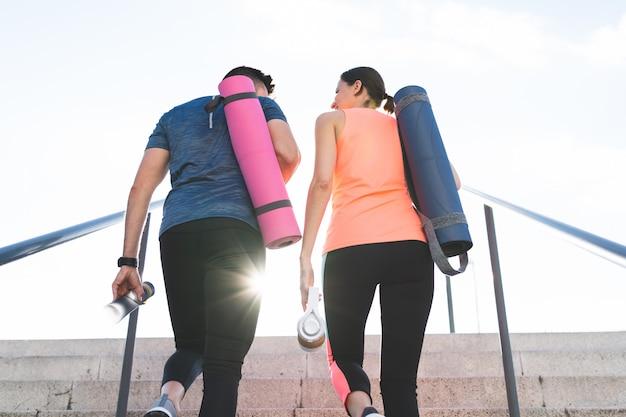 Piękna para idzie razem do siłowni.