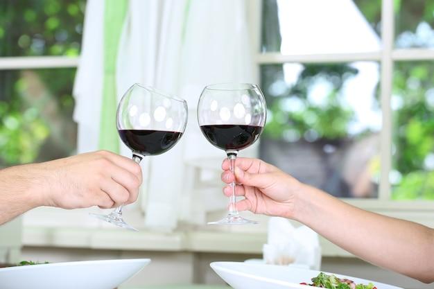 Piękna para jedząca romantyczną kolację w restauracji?