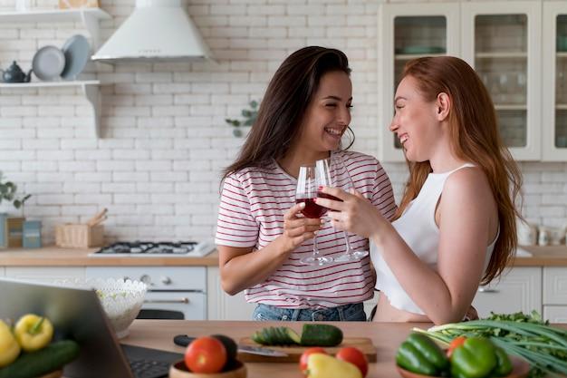 Piękna para lesbijek dopingująca lampkami wina?