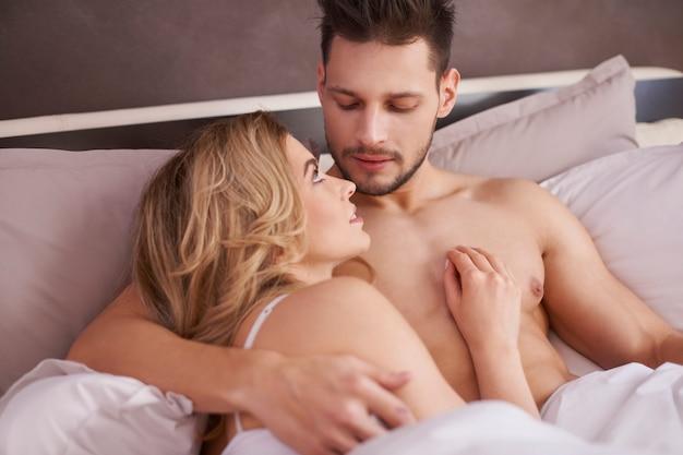 Piękna para, leżąc w łóżku