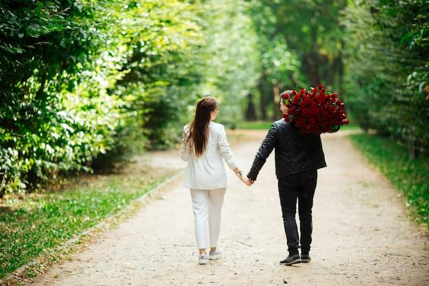 Piękna para mężczyzna i kobieta. romantyczny motyw z dziewczyną i chłopakiem. wiosna, letnie relacje fotograficzne, miłość, walentynki
