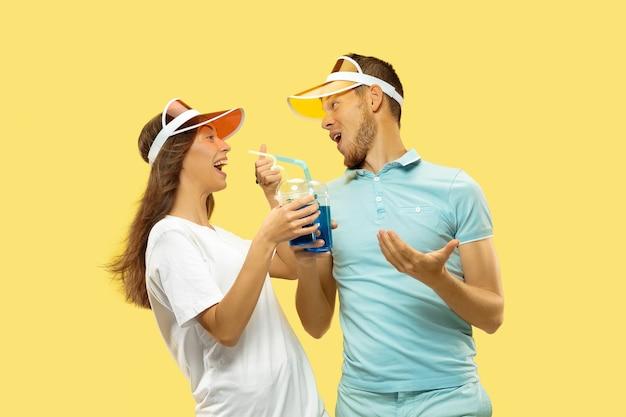 Piękna para na białym tle na żółtym tle studio