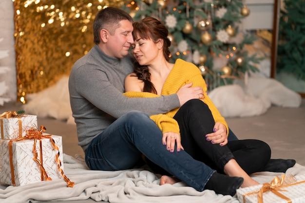 Piękna para na boże narodzenie w przytulnym domu