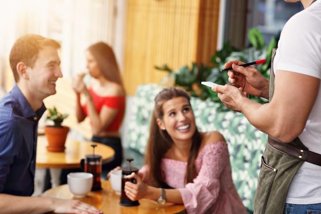 Piękna para na randce w restauracji?