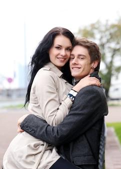 Piękna para na zewnątrz