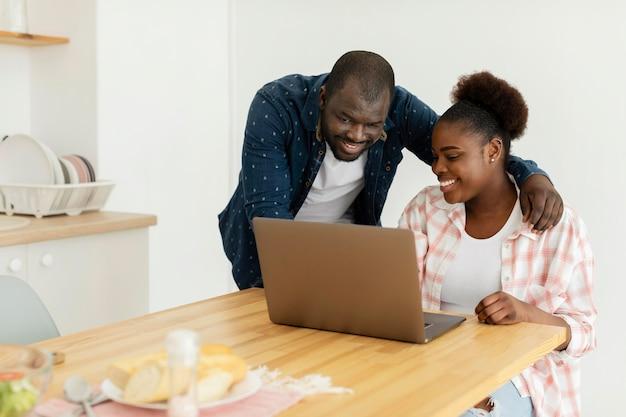 Piękna para patrząc na swojego laptopa