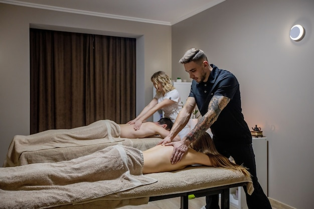 Piękna para podczas masażu pleców, weekendowe spa dla pary