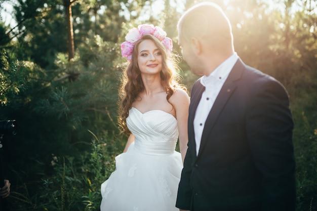 Piękna para pozuje w ich dniu ślubu