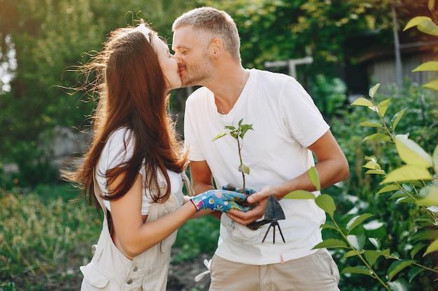 Piękna para pracuje w ogrodzie