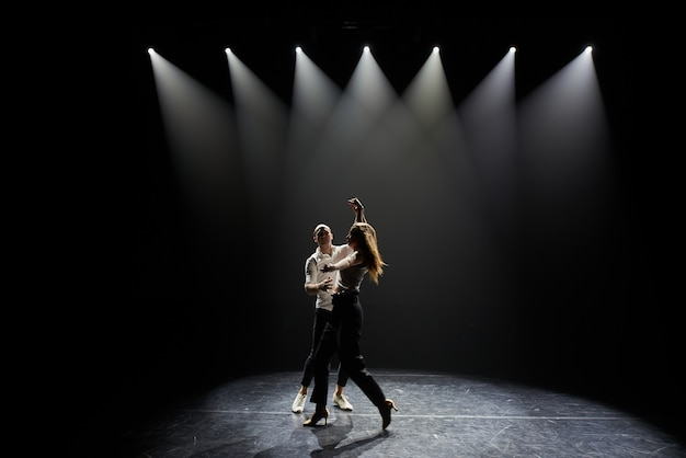 Piękna para profesjonalnych artystów tańczących salsę