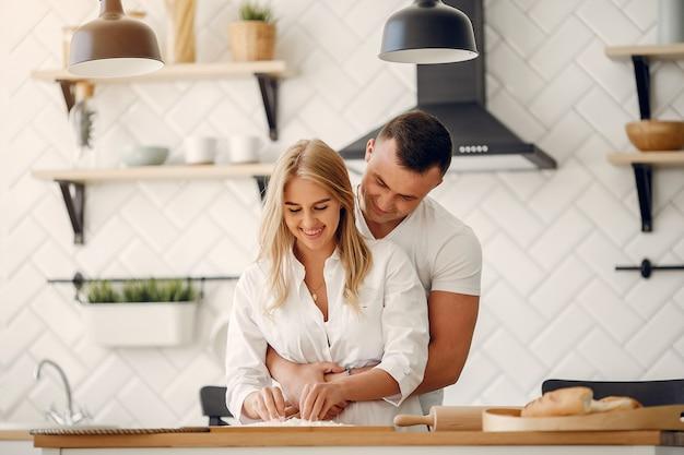 Piękna para przygotowuje jedzenie w kuchni