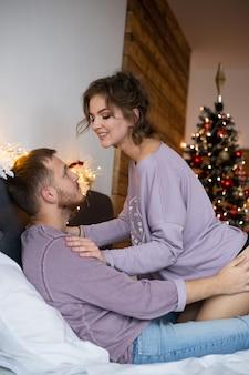 Piękna para przytula się i patrzy na siebie w okresie świątecznym