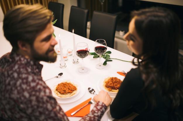 Piękna para relaksuje przy romantyczną kolacją