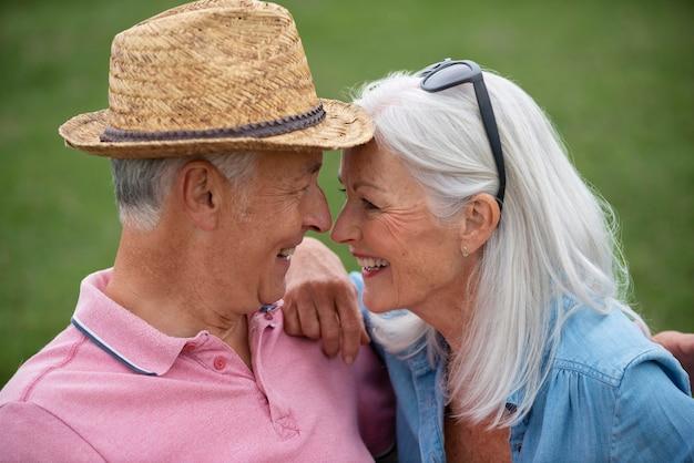 Piękna para seniorów spędzająca razem czas