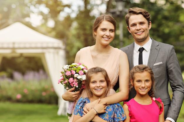 Piękna para ślubna ciesząca się weselem