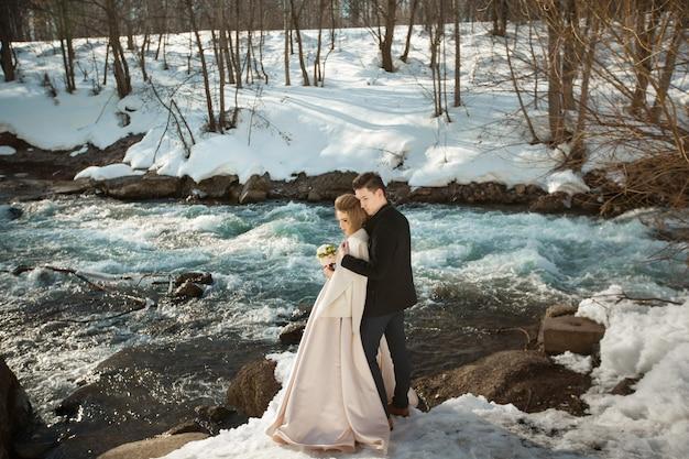 Piękna para ślubna nad morzem