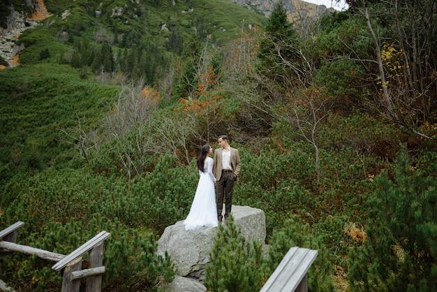 Piękna para spaceru wśród skał