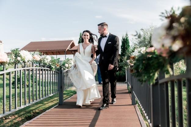 Piękna para spacerująca po moście w parku. święta i wydarzenia