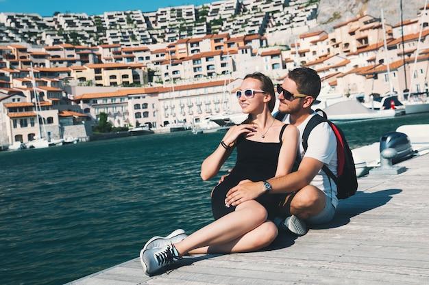 Piękna para spacerująca w portopiccolo sistiana włochy europa lifestyle wakacje i podróże