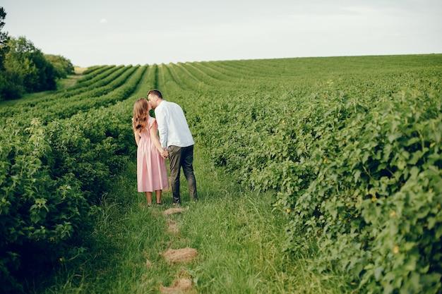 Piękna para spędza czas na polu
