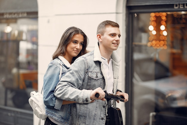 Piękna para spędza czas na ulicy