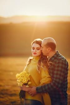 Piękna para spędza czas w jesiennym parku