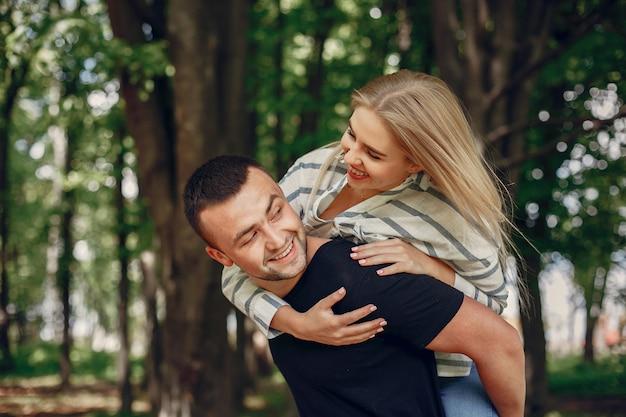 Piękna para spędza czas w lesie
