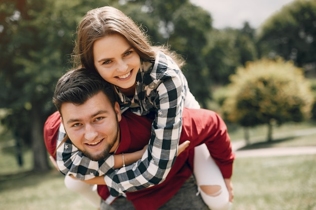 Piękna para spędza czas w letnim parku