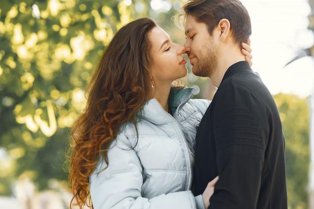 Piękna para spędza czas w mieście wiosny