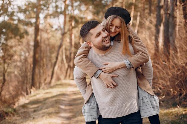 Piękna para spędza czas w parku