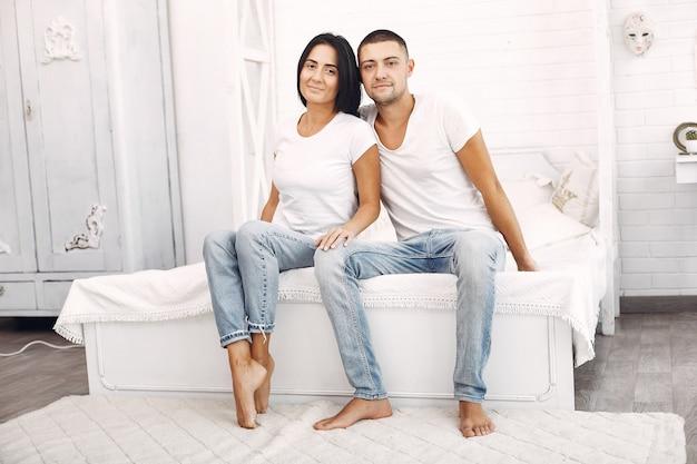 Piękna para spędza czas w sypialni