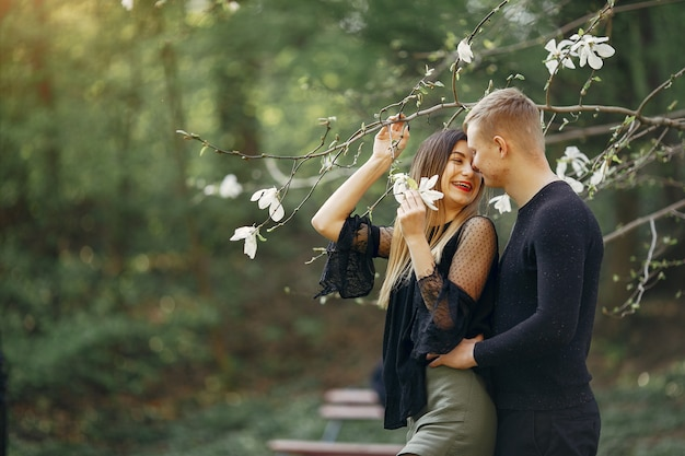 Piękna para spędza czas w wiosennym parku
