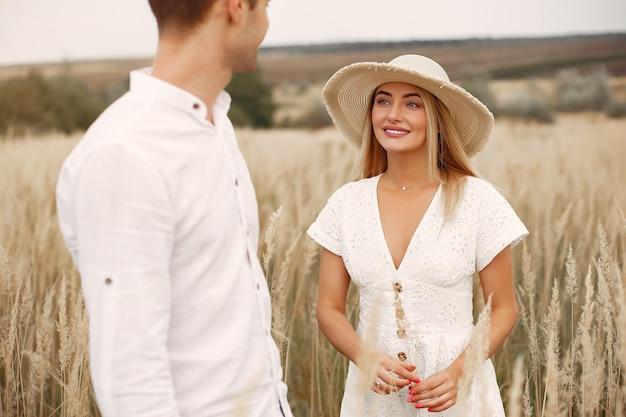 Piękna para spędzać czas na polu jesienią