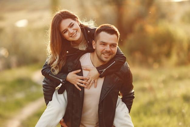 Piękna para spędzać czas na polu latem