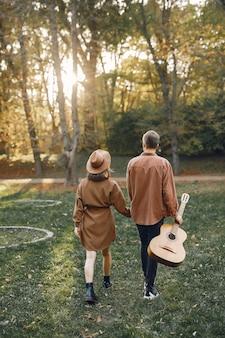 Piękna para spędzać czas w jesiennym parku