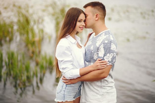 Piękna para spędzać czas w jesiennym zachmurzonym parku