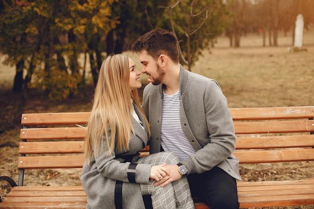 Piękna para spędzać czas w parku jesienią