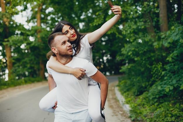 Piękna para spędzać czas w parku latem